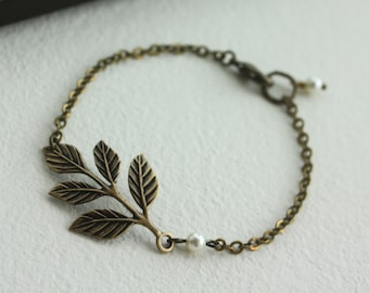 Brass Leaf Bracelet. Leaf and Pearl Bracelet, Minimalist Wedding, Woodland Wedding, Bridesmaids Leaves Bracelet. Sisters Fall Barn Wedding.