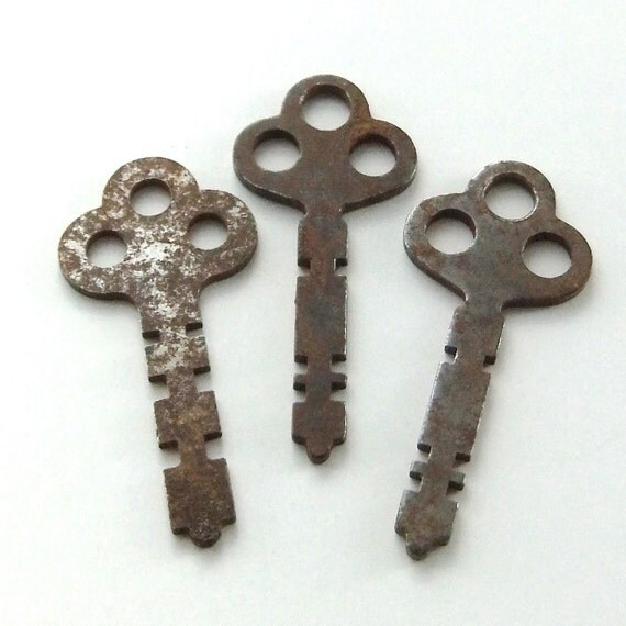Little Vintage Skeleton Keys, matched set of three clover-top flat steamer trunk keys (KY0057)