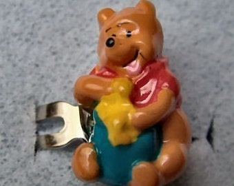 1970's Winnie the Pooh Gum Machine Ring HONEY POT -blue