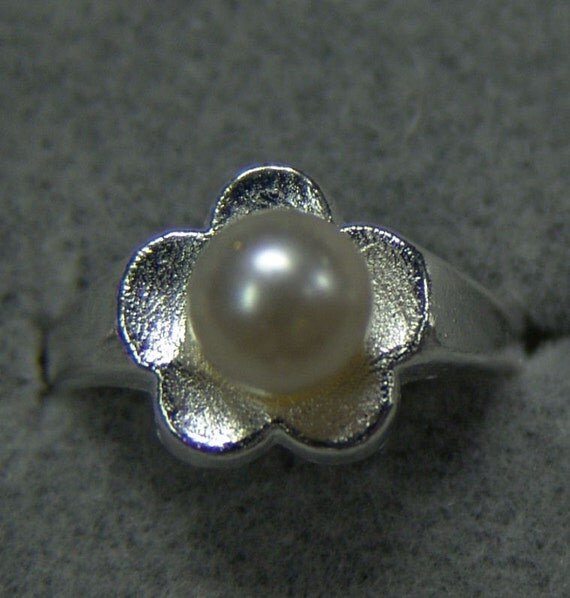 1950s Tin Silver and PEARL Carnival Prize Toy Ring FLOWER DESIGN
