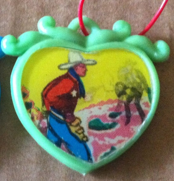 RARE 1960s FIGHTING COWBOYS Heart Shaped Flicker Necklace Pendant