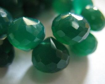 Shop Sale.. 4 pcs, GREEN ONYX Onion Briolettes, Chalcedony, Luxe AAA, Emerald Kelly Green, 6-8 mm, wholesale chalcedony brides bridal may 68