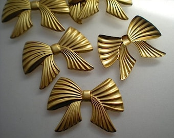 6 ribbed brass bow charms