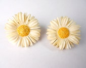 CARVED BONE 1940s carved daisy earrings