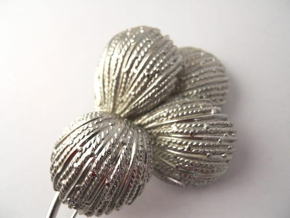 1950s Textured leaves brooch