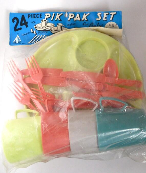 Pik Pak Set- Vintage 1960s, colorful, plastic picnic plates