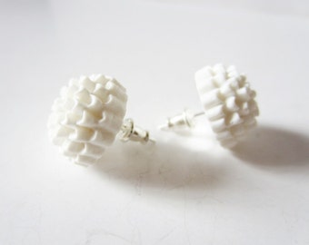 White mum earrings. White flower earrings. Mum stud earrings. Flower stud earrings. Small flower earrings. Chrysanthemum. Flower jewelry.