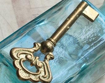 beautiful ornate vintage key   X 752