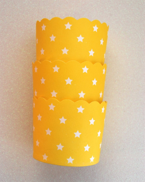 Baking Cups in Yellow with White Stars (12)