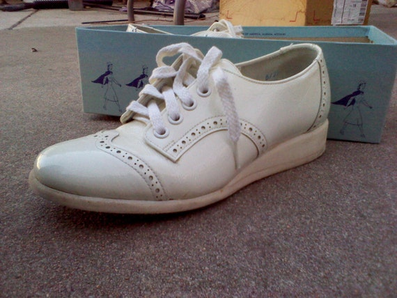 Vintage White Wing Tip Nursing Shoes in EXCELLENT CONDITION size 5.5