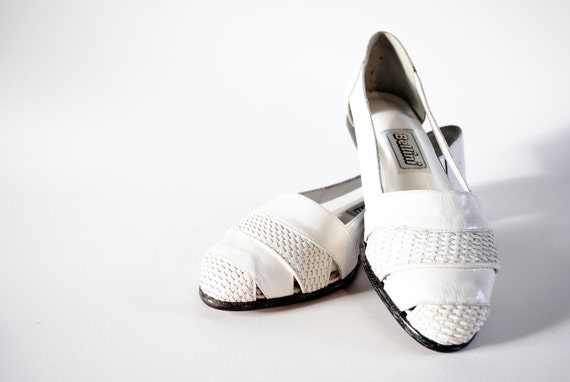 NOS 80s Bellini White Weave Glossy Leather Picnic Flats Skimmers Sandals, 7.5, 8. Made In Brazil.