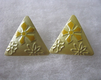 Great retro triangle pale yellow flower power clip earrings