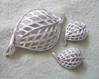 MODERN LEAF by Sarah Coventry. Vintage Silver tone leaf pin & clip on earring set