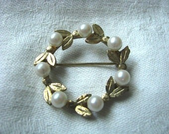 Gold tone round circle wreath pin w/faux pearls