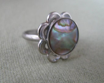 Silver tone scalloped edge vintage ring w abalone center
