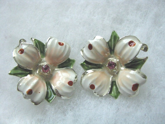 VIntage pale pink flowerl clip on earrings with pink rhinestone center. Clip ons clip backs