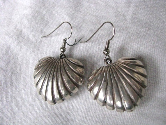 Heart shaped vintage puffy silver tone hook earrings with ridges