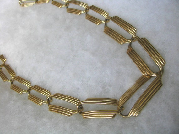 Gold tone metal vintage necklace w/ textured and graduated links