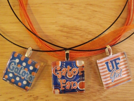 Show your team spirit w/1 inch glass pendant for your Florida Gators.
