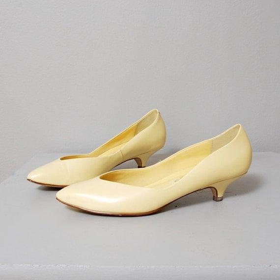 1980s Soft Yellow Kitten Heel Pumps Size 8.5