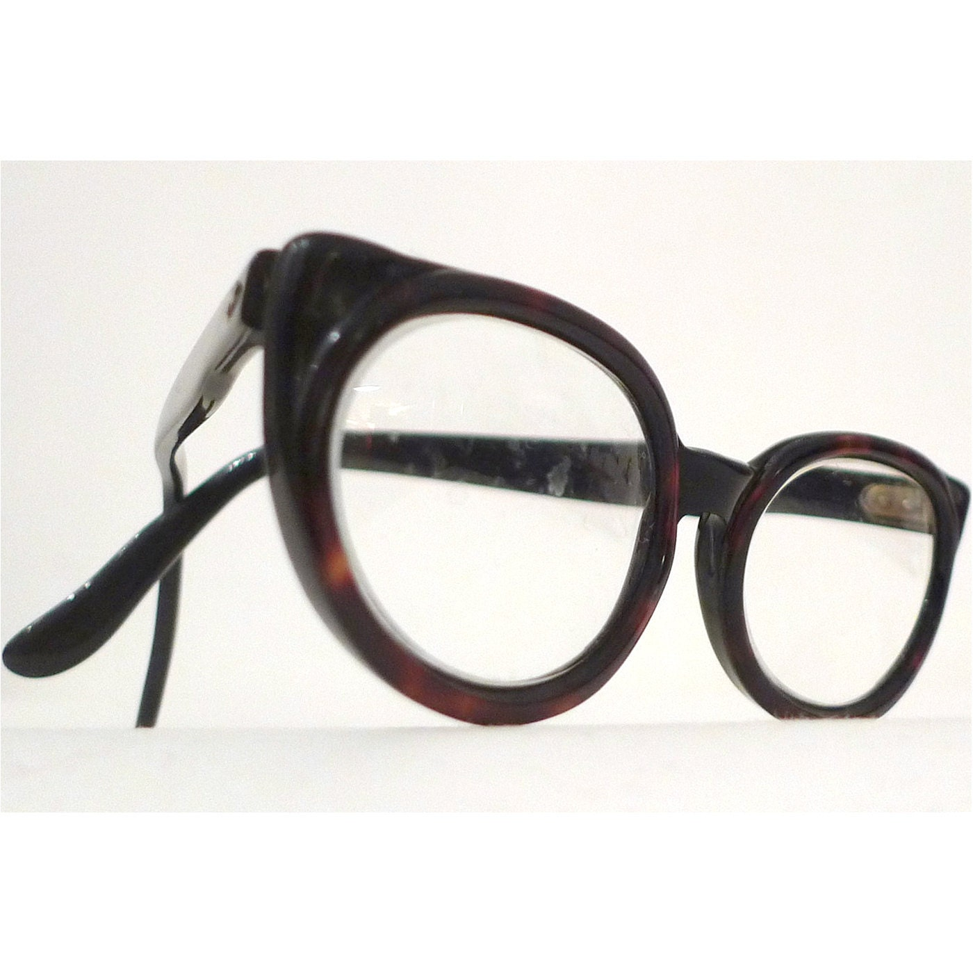 oval in a cat tortoise shell eyeglass frames brown and black