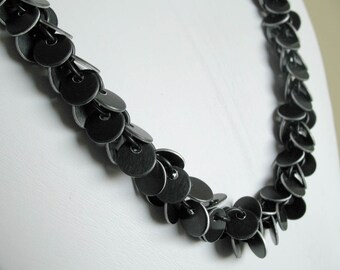 Long confetti chainmail necklace in black