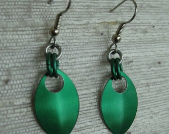 Single Leaf Aluminum Chainmaille Earrings in Green