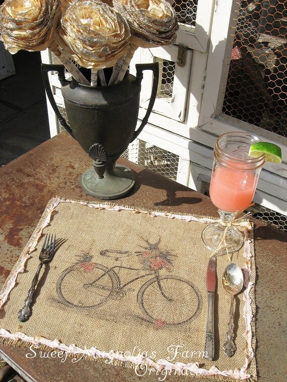 Burlap Таблица салфетки - велосипед с корзиной и птицы - Сельский Романтика