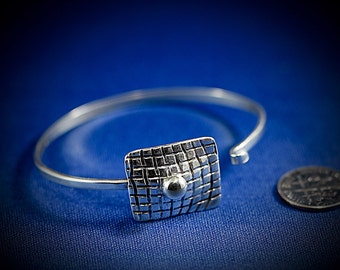 Sterling silver latching bracelet