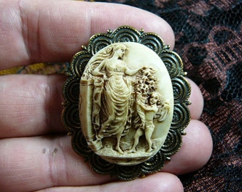 WOMAN STANDING WITH CHERUB  CUPID GIVING HER FLOWERS CAMEO pin pendant brass brooch cm104-2