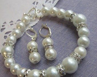 White, pearl bracelet. FREE matching earring. Other colours available. Perfect for bride.
