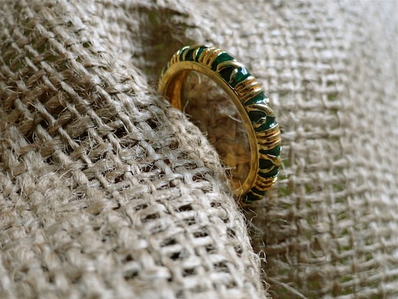 Vintage Green Lacquer & Gold Criss Cross Gold Plated Costume Band Ring (sz 6)