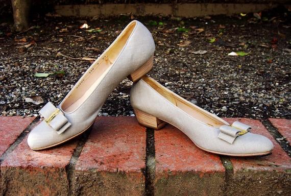 Salvatore FerragamoBUCKWHEAT linen, low heel pumps w gold bow accent ( Sz 8, Eu 38.5 )