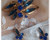 VINTAGE GOLD TONE BROOCH AND EARRINGS - SAPPHIRE BLUE AND AQUAMARINE RHINESTONES
