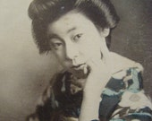 Nice Vintage Japanese Geisha Maiko girl in chair pc postcard Japan