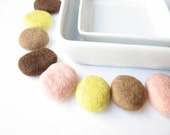 8 flat felted wool pebbles (brown, wheat, lemon, apricot). Perfect for room decoration.