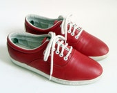 size 7.5 Vtg Bright Red Leather Oxford Sneakers. lace up. white rubber trim. 80s flats.