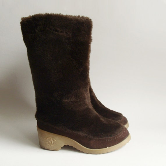 shoes 6 / furry brown boots / 70s snow boots / warm winter boots / furry boots / shoes size 6 / boots 6 / vintage boots