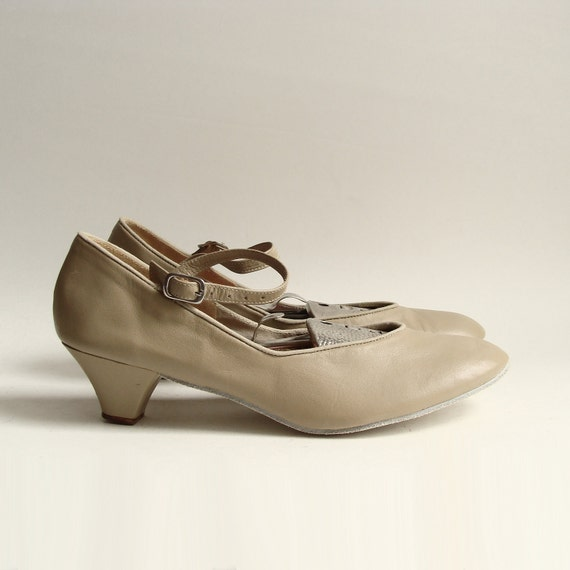 shoes 7 7.5 / taupe leather mary janes / taupe leather dance heels / suede sole shoes / shoes size 7 7.5 / vintage shoes