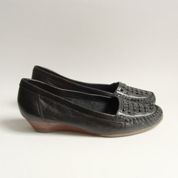 shoes 7.5 8 / black leather loafers / woven loafers / low wedge heels / woven leather flats / shoes size 7.5 8 / vintage shoes