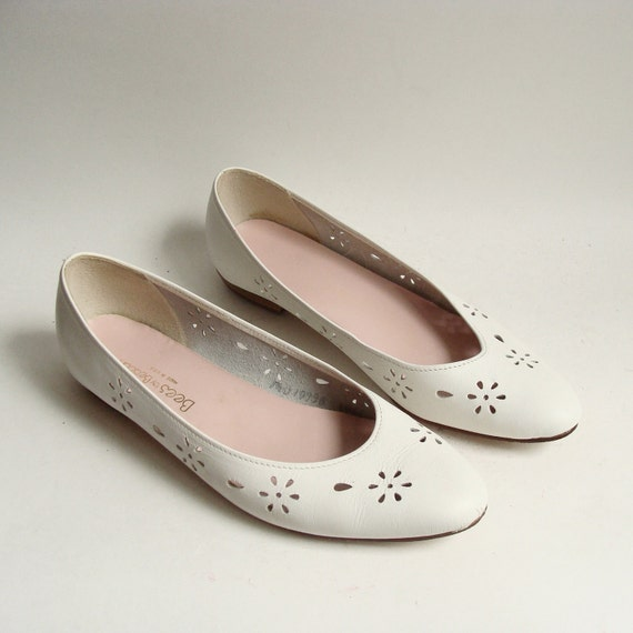 shoes 7.5 / white leather flats / 80s 1980s flats / white leather cut out flats / shoes size 7.5 / vintage shoes
