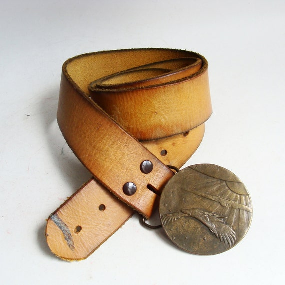 1970s leather belt / golden brown leather belt / soaring eagle buckle / 70s 1970s hippie belt / vintage belt