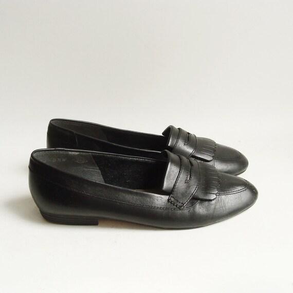 shoes 6 / black loafer flats / 80s 90s flats / kiltie fringe penny loafer / shoes size 6 / vintage shoes