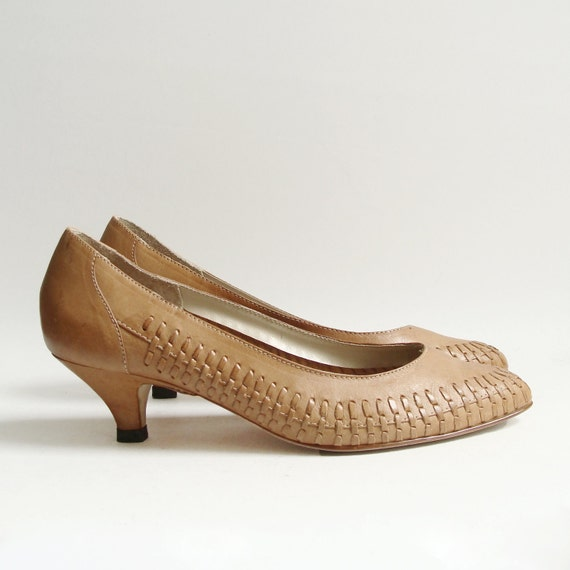 shoes 7 7.5 / woven leather heels / 80s 1980s tan leather kitten heels / shoes size 7 / vintage shoes