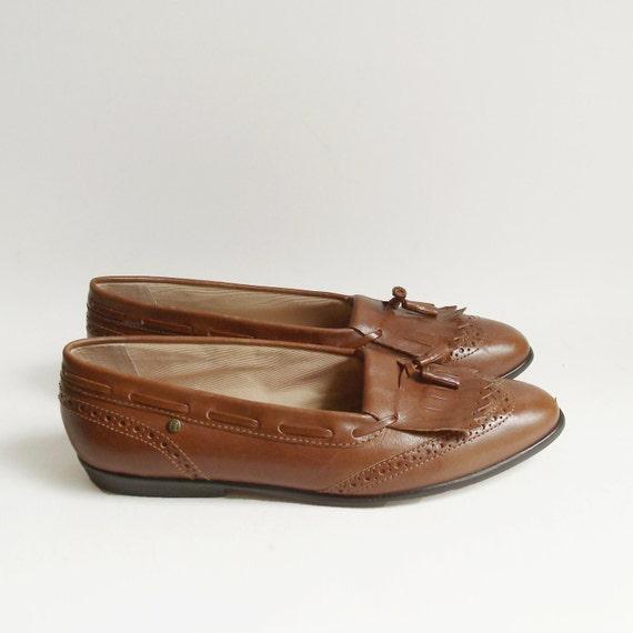 shoes 9.5 / brown brogue loafers / kiltie fringe loafers / 80s 90s Etienne Aigner flats / shoes size 9.5 / vintage shoes