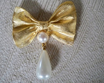 Vintage Jewelry Brooch Gold Tone Bow Brooch Pearl Accent Brooch Signed Craft