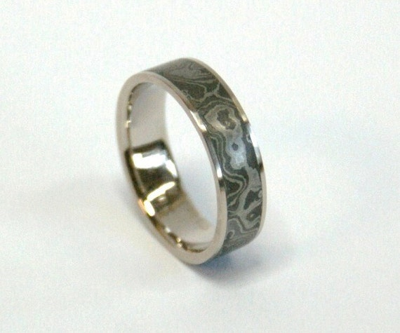 "5mm Damascus steel ""Fire Ball"" patterned ring with 0.5mm recycled 18k Palladium White Gold Rails"