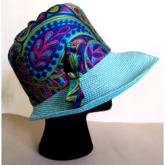 Vintage 1970's Paisley Cloche Style Hat // Green Purple Pleated Straw Bow Brim Hat