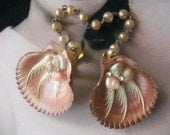 By The Seashore - Fabulous Vintage Rhinestone Seashell And Faux Pearl Sweater Guard Clip