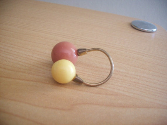 Coral and pastel yellow vintage gold-toned bauble ring. Light and comfortable. Size 7 and a half. Women's jewelry.